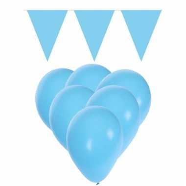 15 lichtblauwe ballonnen met 2 lichtblauwe vlaggenlijnen