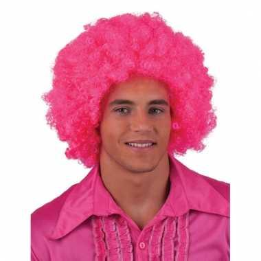 Afro pruik in fel roze kleur