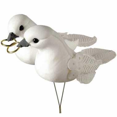 Decoratieve witte duifjes met ringen