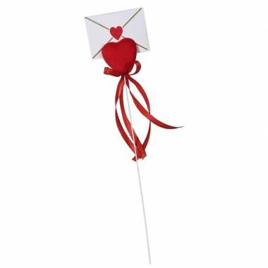 Hartje op stok met enveloppe kaartje voor valentijn