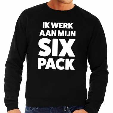Ik werk aan mijn six pack tekst sweater zwart voor heren