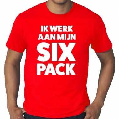 Ik werk aan mijn six pack tekst t-shirt rood heren