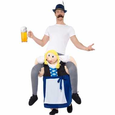 Oktoberfest - verkleedkostuum man op bayerische vrouw
