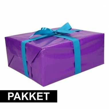 Paars inpakpapier pakket met blauw lint en plakband