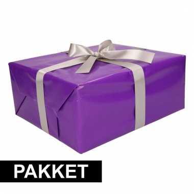 Paars inpakpapier pakket met zilver lint en plakband