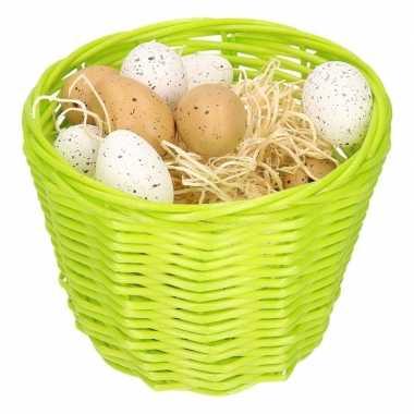 Paasmandje met plastic eieren