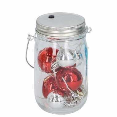 Rood en zilver ballen in potje met licht