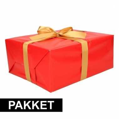 Rood inpakpapier pakket met goud lint en plakband