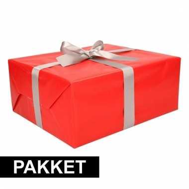 Rood inpakpapier pakket met zilver lint en plakband