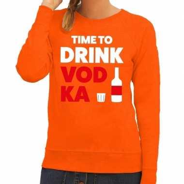 Time to drink vodka tekst sweater oranje voor dames