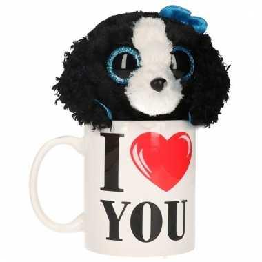 Valentijnsdag ontbijt op bed mok met knuffel hondtje