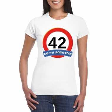 Verkeersbord 42 jaar t-shirt wit dames