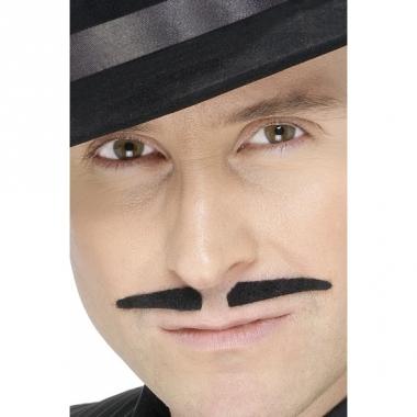 Zwart snorretje voor gelikte look
