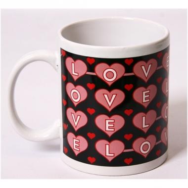 Zwarte melkbeker met roze hartjes