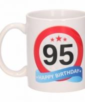 95 jaar cadeau beker 300 ml verkeersbord thema