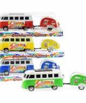Gekleurde hippie bus met caravan