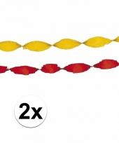 Gele en rode crepe slingers