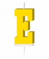 Gele letter kaars e