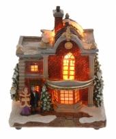 Kersthuisje met man en vrouw met verlichting