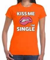 Kiss me i am single t-shirt oranje dames