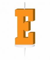 Oranje letter kaars e