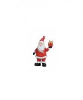 Polystone beeldjes kerstman met kado 9 cm