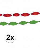 Rode en groene crepe slingers