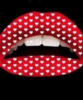 Rode lip tattoeage met hartjes