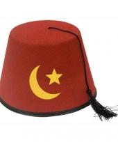 Rood turks hoedje met gele maan en ster