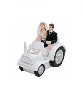 Tractor rijdend bruidspaar voor in de taart