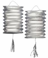 Twee metallic zilver lantaarns