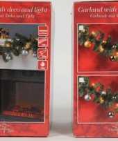 Versierde kerstslinger met lampjes en kersballen goud