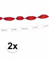 Witte en rode crepe slingers