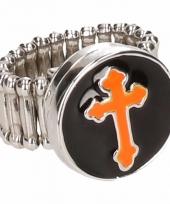 Zilveren ring met oranje kruis drukknoop